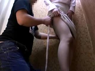 試着室で裾上げにきた美熟女が勃起チンポを目の前に差し出され我慢できずにフェラチオw