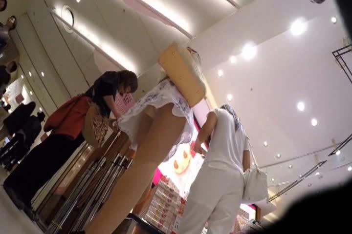店内で大胆スカートめくり!デパートで友人と立ち話中の女子のスカートを逆さ撮りしてスカートめくりまでしてパンチラ盗撮【無料動画】