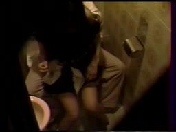 公衆トイレでセフレとのセックスを個人撮影