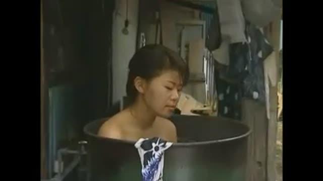 【ヘンリー塚本+中森玲子+染島貢】本当に猥褻なドラム缶風呂!ボイン奥さまを見てムラムラしてしまいます【熟女+旦那+エロドラマ】